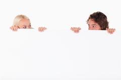 Dissimulation heureuse de couples image stock