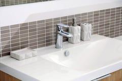 Dissipador branco no banheiro Fotos de Stock Royalty Free