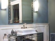 Dissipador caro do banheiro e armário espelhado foto de stock
