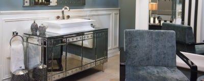 Dissipador caro do banheiro e armário espelhado foto de stock royalty free