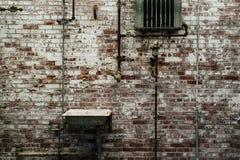 Dissipador contra uma parede de tijolo com pintura da casca - casa em desuso do misturador - Indiana Army Ammunition Depot - Indi fotografia de stock royalty free