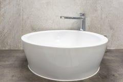 Dissipador da torneira de água com o torneira no banheiro caro do sótão imagens de stock royalty free