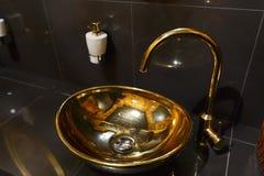 Dissipador de cobre em um café no toalete Foto de Stock
