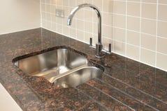 Dissipador de cozinha com granito Worktop Fotos de Stock Royalty Free