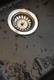 Dissipador de cozinha com a torneira de misturador fotografia de stock