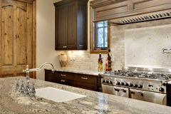 Dissipador de cozinha e cozimento de ascendente próximo da área Fotos de Stock Royalty Free
