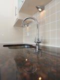 Dissipador de cozinha moderno com granito Worktop Fotografia de Stock Royalty Free