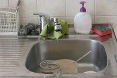 Dissipador de cozinha sujo fotografia de stock