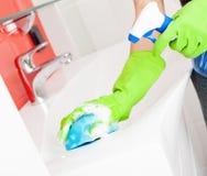Dissipador e torneira da limpeza da mulher Fotografia de Stock