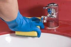 Dissipador vermelho de limpeza do banheiro Imagens de Stock Royalty Free