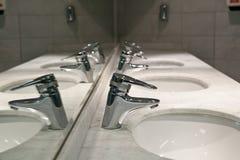 Dissipadores e torneiras da lavagem Fotografia de Stock