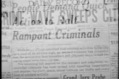 Dissolva de um artigo de jornal a outro vídeos de arquivo