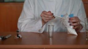 Dissolvendo o pó na água e mistura video estoque