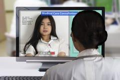 Distancíese la consulta médica usando tecnología de Internet foto de archivo
