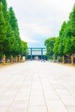 Distante centrado Torii de Daini do trajeto do santuário de Yasukuni Foto de Stock