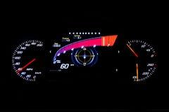 Distanza in miglia leggera moderna dell'automobile sul 60 MIGLIA ORARIE nero del fondo Fotografia Stock