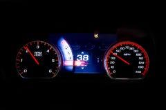 Distanza in miglia leggera moderna dell'automobile sul RPM nero e sul 38 MIGLIA ORARIE Fotografie Stock Libere da Diritti