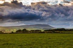 Distanzi la vista dall'azienda agricola sulla collina di Pendle con il cielo drammatico Fotografia Stock