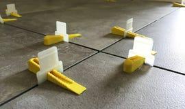 Distanziatore d'allineamento delle mattonelle che livella sistema Fotografie Stock