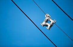 Distanziatore del cavo su cielo blu immagini stock