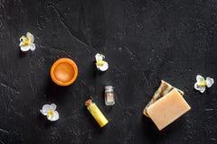Distenda il concetto Sapone organico fatto a mano e gel sul copyspace di pietra nero di vista superiore del fondo della tavola Immagini Stock