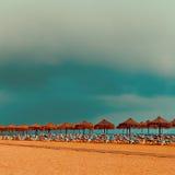 distendasi Spiaggia Ombrelli delle sedie di spiaggia sull'oceano Fotografia Stock