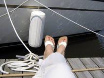 Distendendosi al randello dell'yacht Fotografia Stock Libera da Diritti