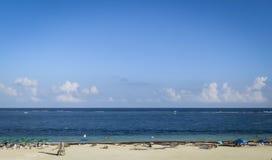 Distendendosi alla spiaggia Fotografie Stock Libere da Diritti