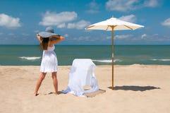 Distendendosi alla spiaggia fotografia stock libera da diritti