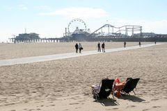 Distendendosi alla spiaggia della Santa Monica Fotografia Stock