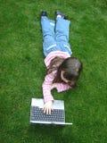Distendendosi con il computer portatile Immagine Stock