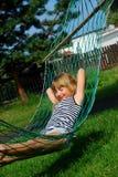 Distendendosi in hammock Immagini Stock