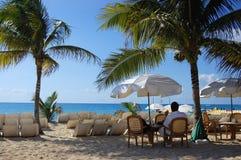 Distendendosi nel paradiso tropicale Immagine Stock