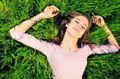 Distendendosi nell'erba Fotografia Stock Libera da Diritti