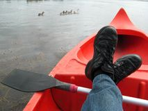 Distendendosi nella canoa Immagine Stock