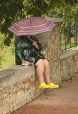 Distendendosi nella pioggia Fotografia Stock