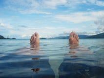 Distendendosi nella spiaggia Fotografia Stock Libera da Diritti
