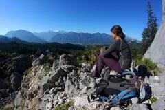 Distendendosi nelle montagne Fotografia Stock Libera da Diritti