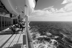 Distendendosi su Queen Mary 2 in B&W Immagine Stock
