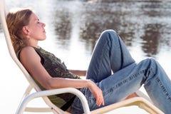 Distendendosi su un deckchair Fotografie Stock Libere da Diritti
