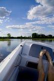 Distendendosi su una barca di velocità immagini stock libere da diritti