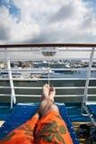 Distendendosi su una nave da crociera Fotografia Stock