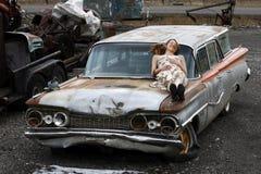 Distendendosi su una vecchia automobile Immagine Stock Libera da Diritti