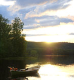 Distendendosi sul lago al tramonto Fotografie Stock