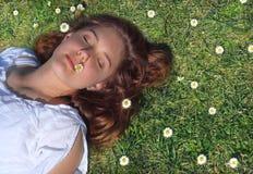 Distendendosi sull'erba Fotografia Stock