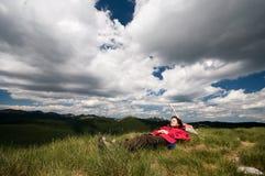 Distendendosi sulla montagna, sotto le nubi drammatiche Fotografia Stock Libera da Diritti