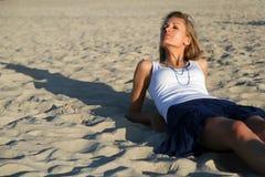 Distendendosi sulla sabbia Fotografia Stock