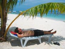 Distendendosi sulla spiaggia Fotografie Stock Libere da Diritti
