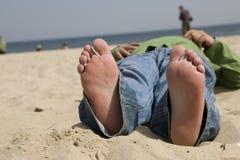 Distendendosi sulla spiaggia Fotografia Stock Libera da Diritti