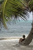 Distendendosi sulla spiaggia Immagine Stock